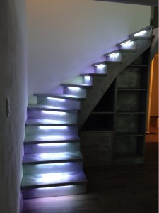 escalier-ruban-led-rgb-blanc